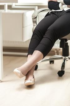 Foto en primer plano de la empresaria vistiendo cómodas zapatillas de ballet