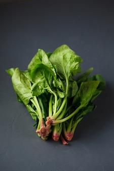 Foto de primer plano de espinacas frescas