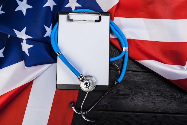 Foto de primer plano del estetoscopio en la bandera estadounidense de estados unidos