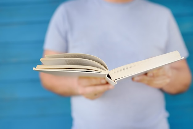 Foto de primer plano del libro de lectura de hombre maduro