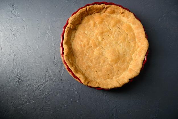 Foto de primer plano de masa de tarta horneada