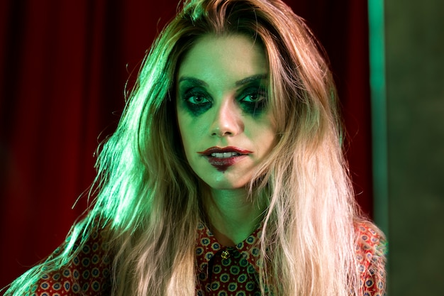Foto de primer plano de un modelo femenino de maquillaje de halloween