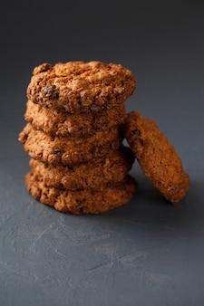 Foto de primer plano de la pila de galletas de avena en superficie gris