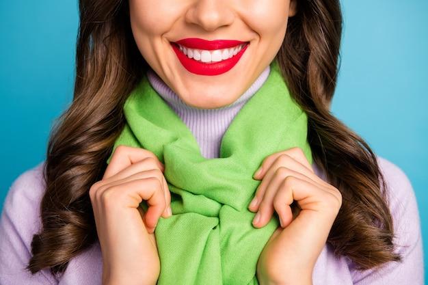 Foto de primer plano recortada de dama bonita muestra dientes de sonrisa perfecta después del procedimiento de blanqueamiento labios rojos usan boina verde bufanda de cuello alto púrpura aislado pared de color azul