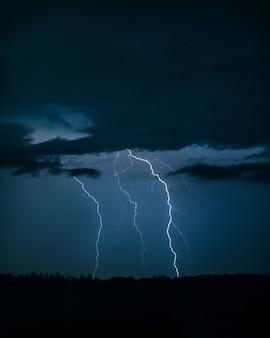 Foto del rayo en el cielo nocturno.