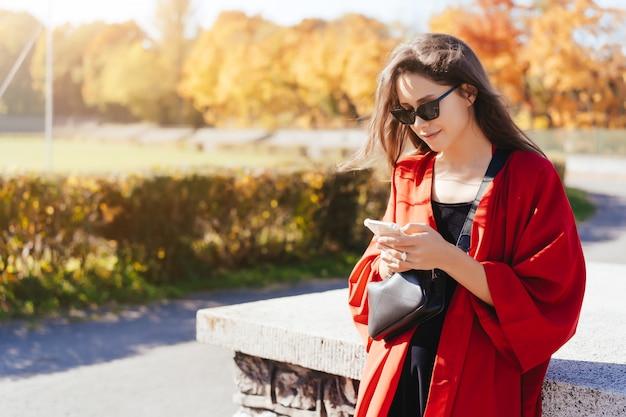 Foto de retrato de una joven con un teléfono inteligente