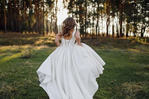 Foto romántica en el bosque de hadas. mujer hermosa