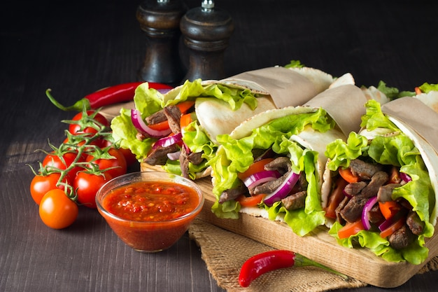 Foto de sandwich mexicano o envoltura.