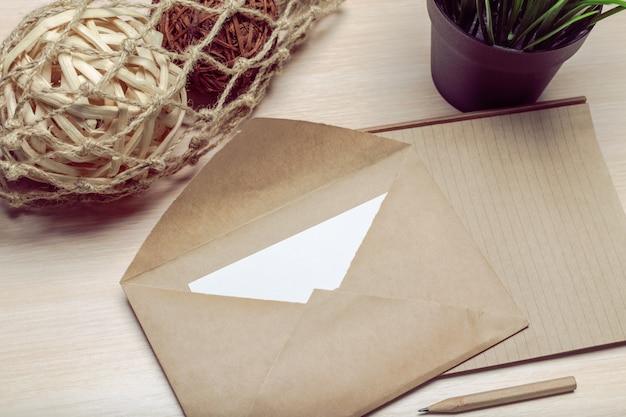 Foto de sobre en blanco en una madera