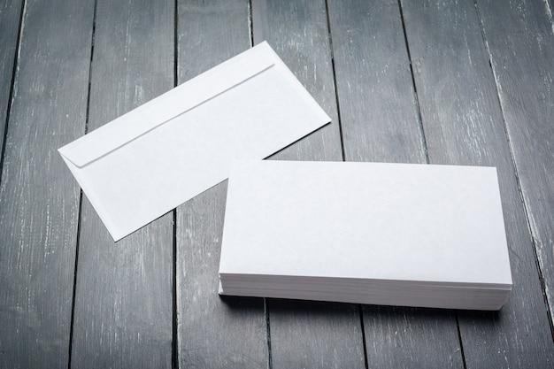 Foto de sobre en blanco sobre una superficie de madera