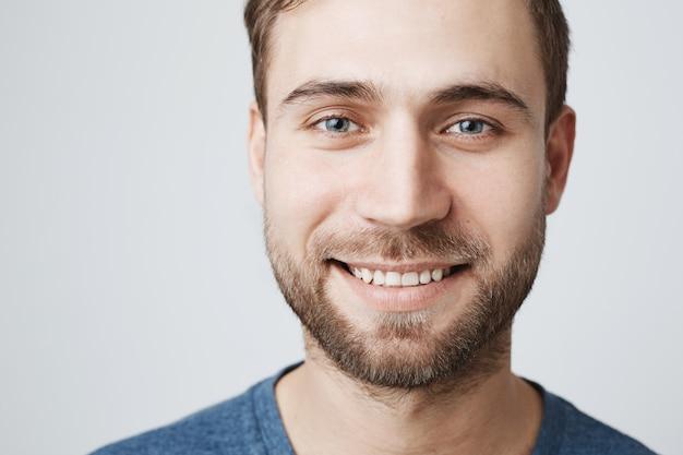 Foto de sonriente hombre feliz con dientes blancos