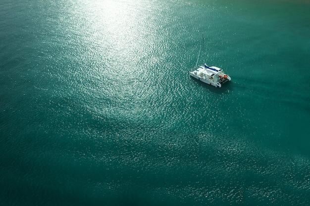 Foto superior con agua azul impresionante y resplandor solar en la superficie del agua