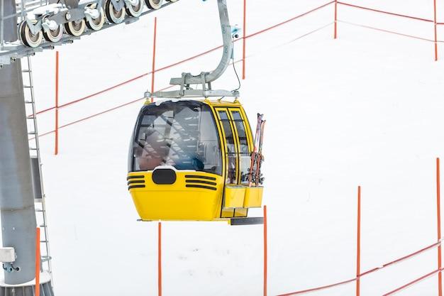 Foto del teleférico amarillo en la pista de esquí alpino