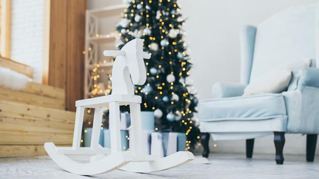 Foto temática de navidad. decoraciones interiores de vacaciones de invierno. navidad azul.