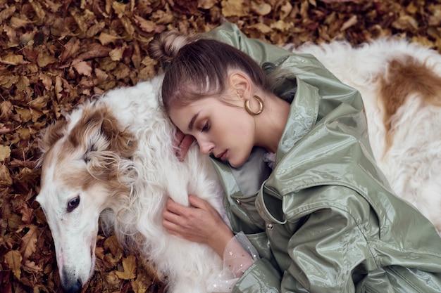 Foto de tipo de moda de una mujer elegante con un perro