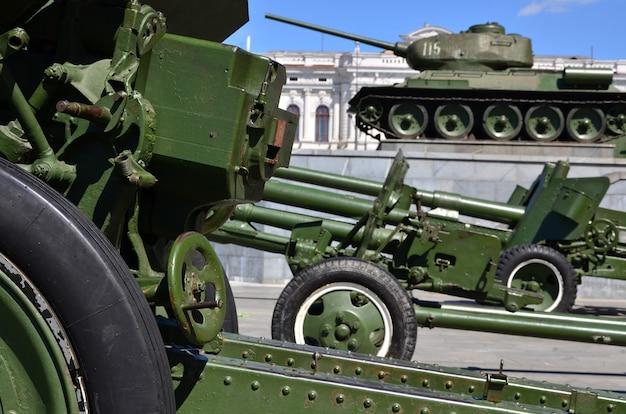 Foto de tres cañones de la unión soviética del segundo mundo.