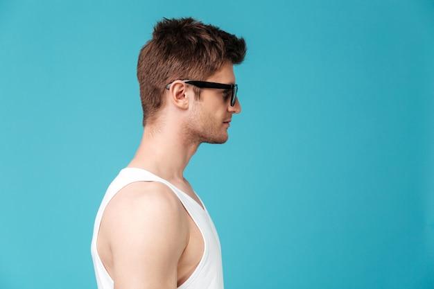 Foto de vista lateral de joven guapo