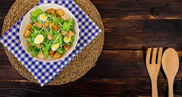 Foto de la vista superior de ensalada de brotes de girasol con una variedad de tipos de vegetales naturales y pan crujiente. idea de menú saludable y dietético.