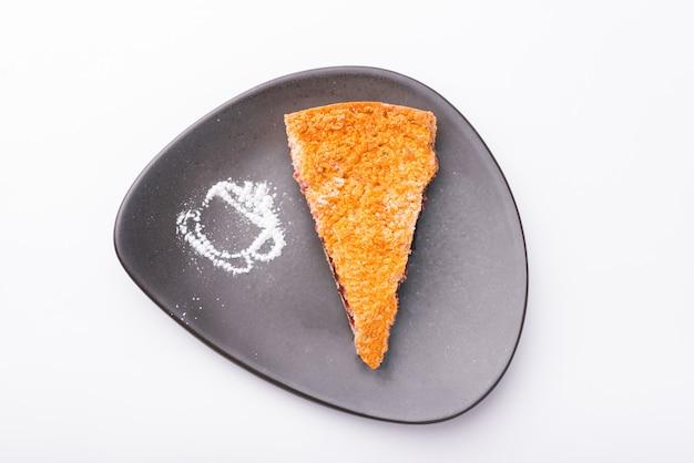 Foto de vista superior de tarta deliciosa sobre superficie blanca