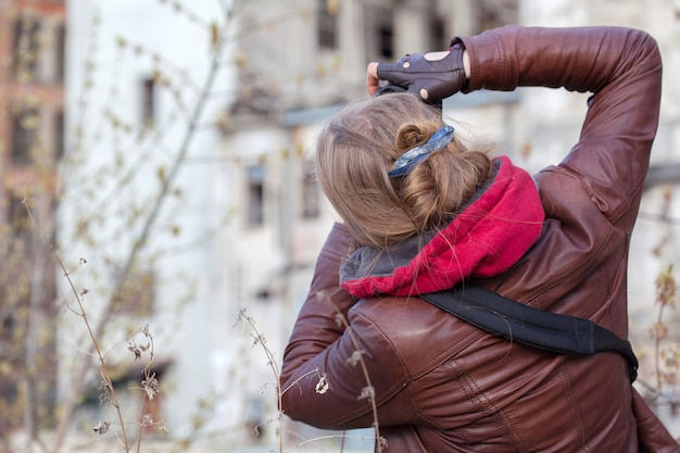 Fotógrafa mujer toma una foto del edificio.