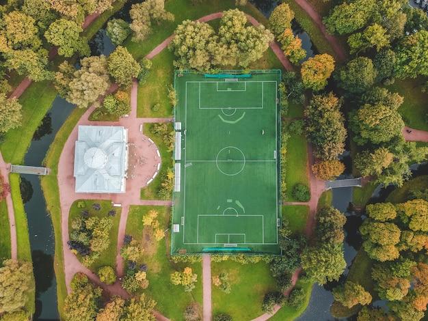 Fotografía aérea de un campo de fútbol en el parque, centro de la ciudad, flatley, san petersburgo, rusia.