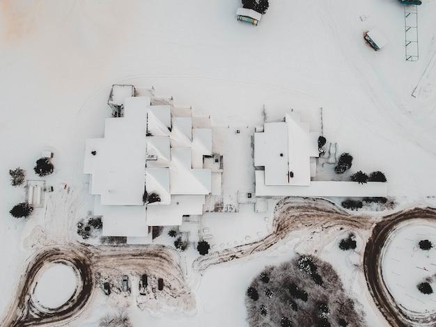 Fotografía aérea de casas cubiertas de nieve.