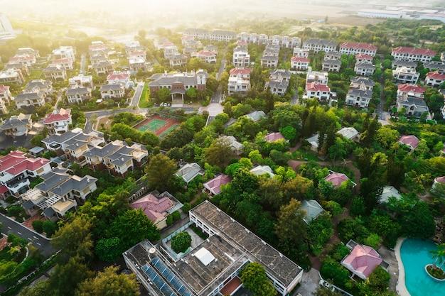 Fotografía aérea complejo de villas de lujo.