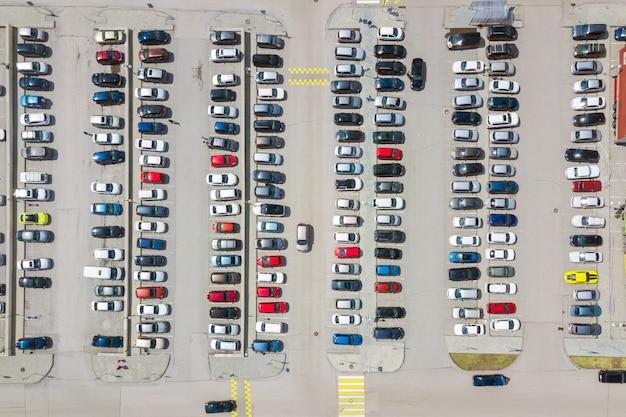 Fotografía aérea del estacionamiento moderno de la ciudad