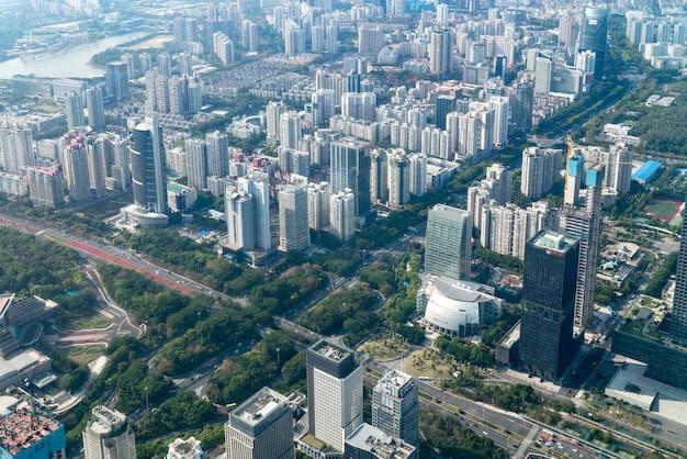 Fotografía aérea del paisaje arquitectónico a ambos lados del río pearl en guangzhou