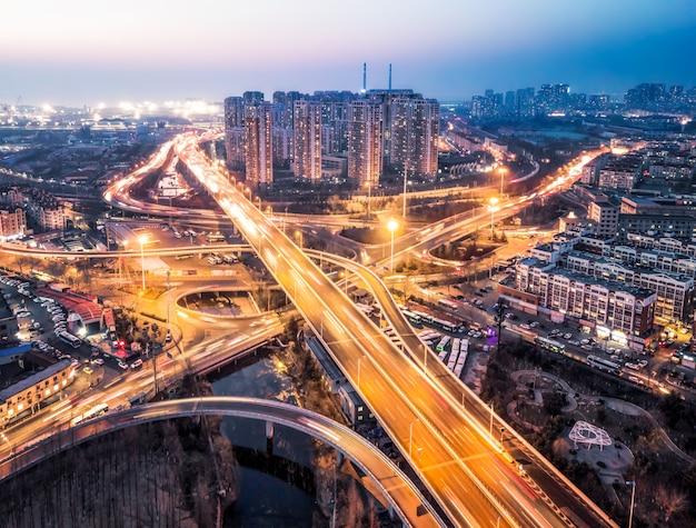 Fotografía aérea de la vista nocturna del paso elevado de la ciudad de qingdao