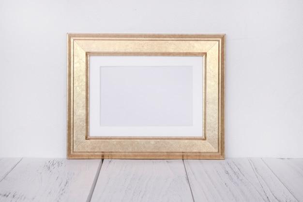 Fotografía de archivo marco de imagen dorado maqueta para mensaje de texto