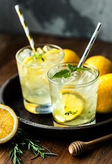 Fotografía de bebida con miel y refresco de limón