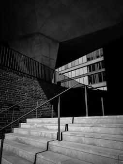 Fotografía en blanco y negro del edificio con escaleras