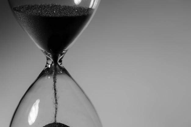 Fotografía en blanco y negro de reloj de arena de cerca