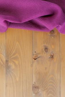 Fotografía de bodegones de una pila de coloridos paños sobre un fondo blanco. casa