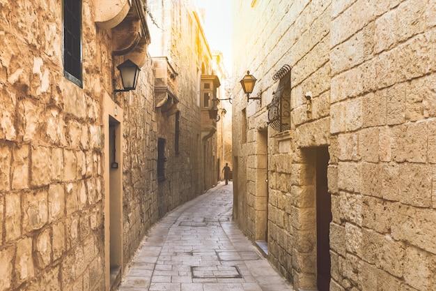 Fotografía de la calle de la ciudad de rabat en malta.