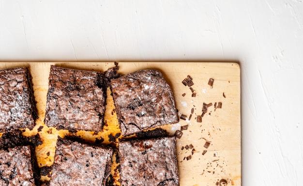 Fotografía cenital de brownies recién horneados sobre una tabla de madera