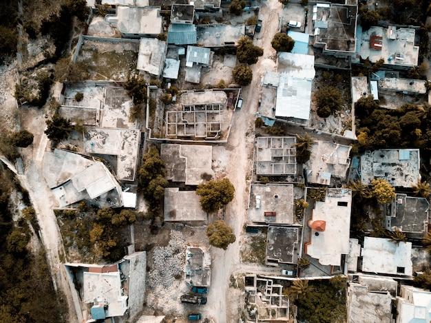 Fotografía cenital de una carretera en medio de viejos edificios y árboles