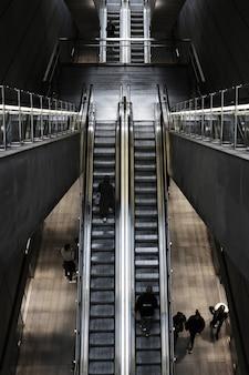 Fotografía cenital de una escalera mecánica en una estación de tren