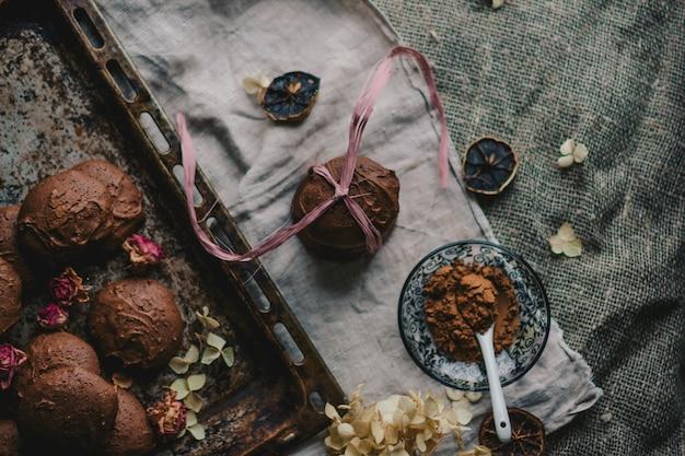 Fotografía cenital de galletas de chocolate en una bandeja de horno