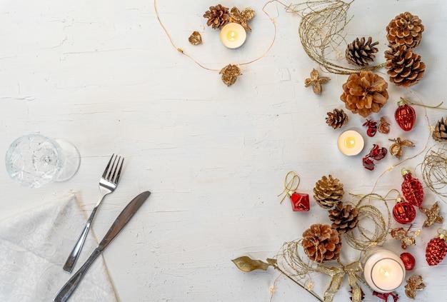 Fotografía cenital de una mesa de comedor de navidad colorida rústica con decoraciones y espacio para texto