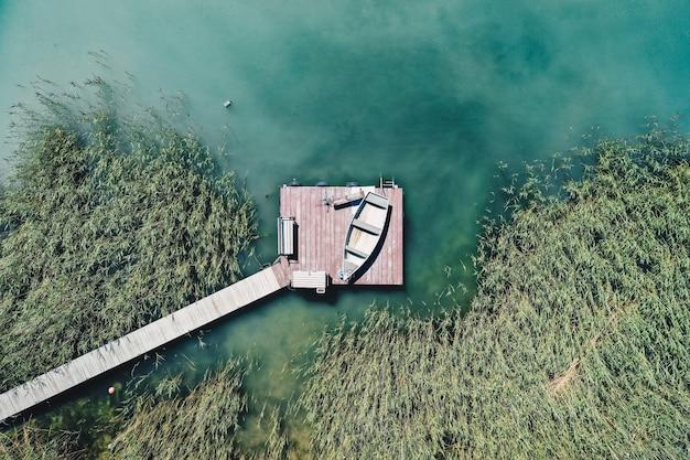 Fotografía cenital de un pequeño muelle en la costa con barcos de pesca estacionados