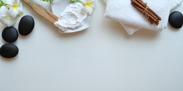 Fotografía cenital de piedras negras y toallas para masajes en blanco