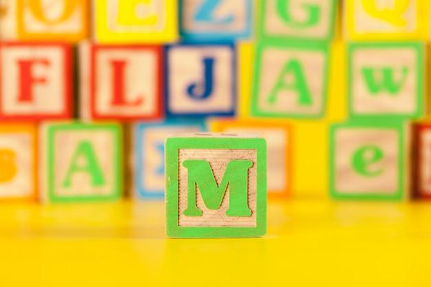 Fotografía de la colorida letra de molde de madera m