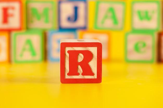 Fotografía de la colorida letra de molde de madera r
