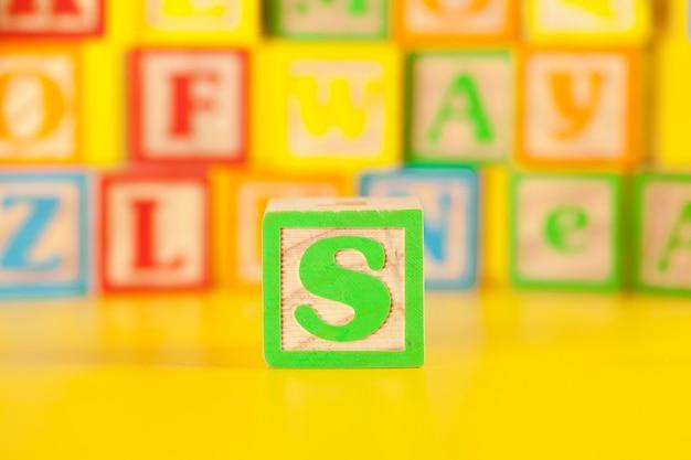 Fotografía de coloridas letras de molde de madera s