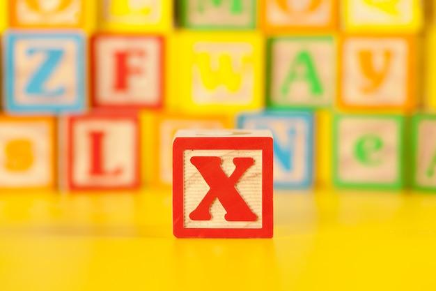 Fotografía de coloridas letras x de madera