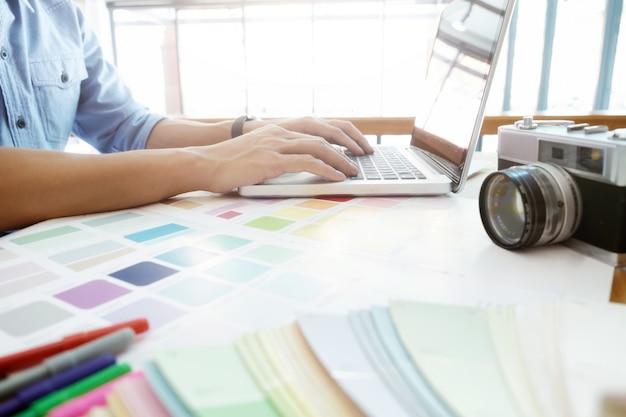 Fotografía y diseño gráfico creativo trabajando.
