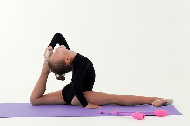 Fotografía de estudio de una niña gimnasta en un espacio de luz