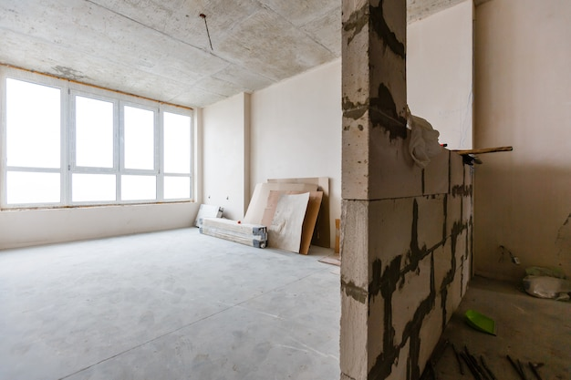 Fotografía de interiores. apartamento no reformado, habitación antes de la renovación.